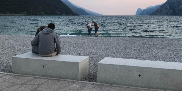 Bellitalia DEMETREA bænk i hvid granit på strand